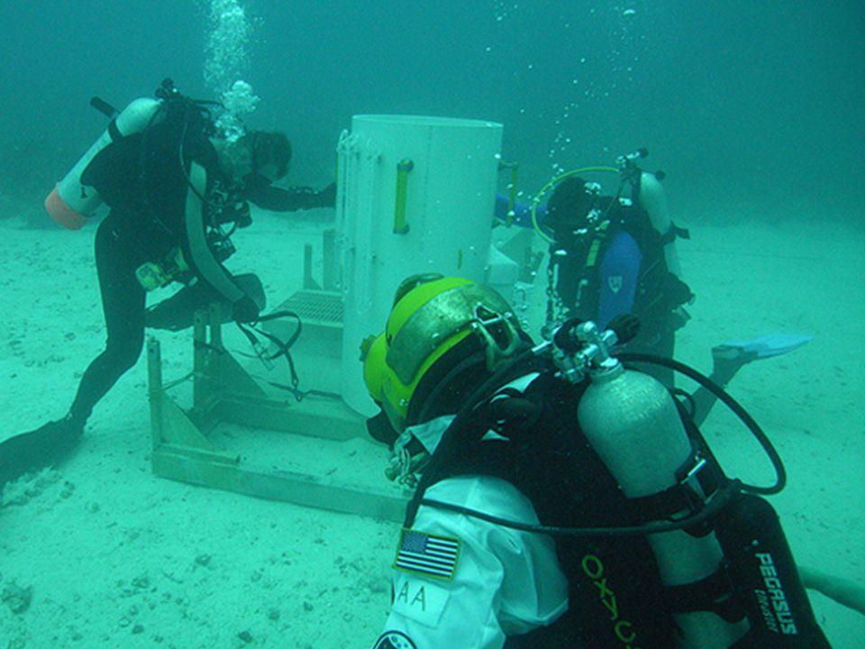 ...na água! Incrível, não A água, a pressão e o empuxo que faz as coisas boiarem tornam o ambiente, que tem pressão elevada, ideal para os testes de equipamentos, comunicação, veículos espaciais e combinações de tripulantes.