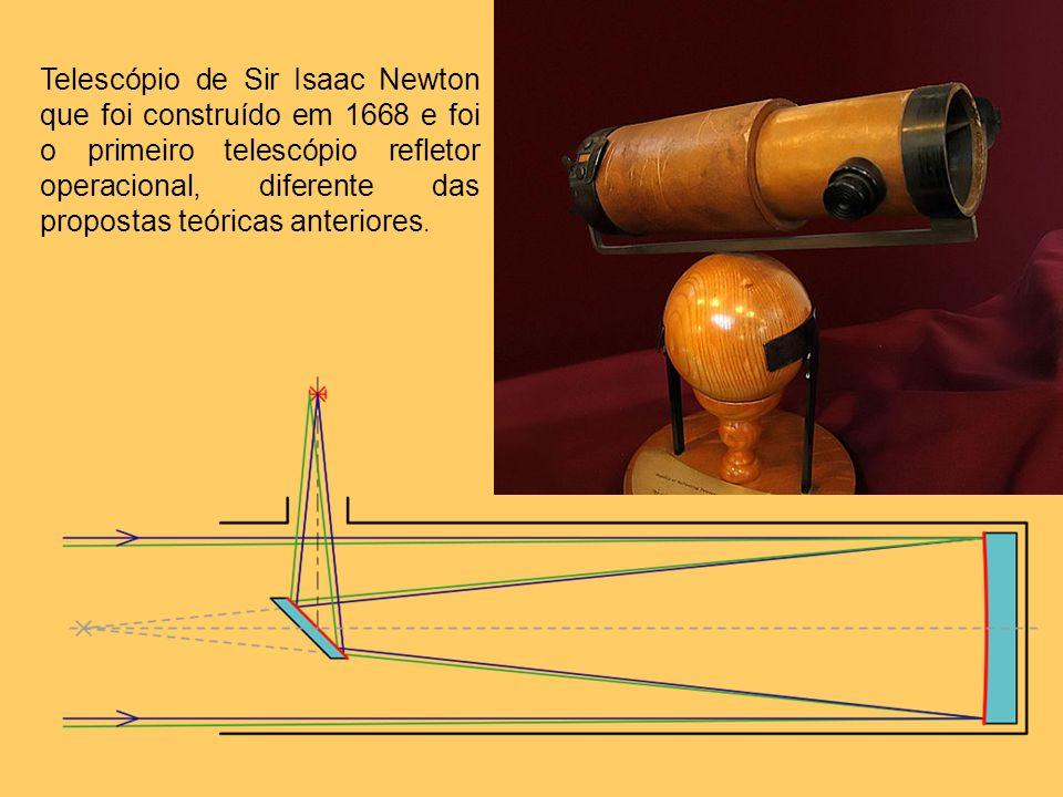Telescópio de Sir Isaac Newton que foi construído em 1668 e foi o primeiro telescópio refletor operacional, diferente das propostas teóricas anteriores.