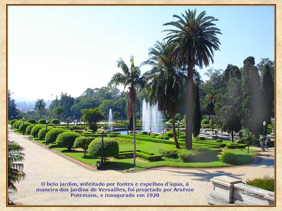 O belo jardim, enfeitado por fontes e espelhos d'água, à maneira dos jardins de Versailles, foi projetado por Arsênio Putemans, e inaugurado em 1920