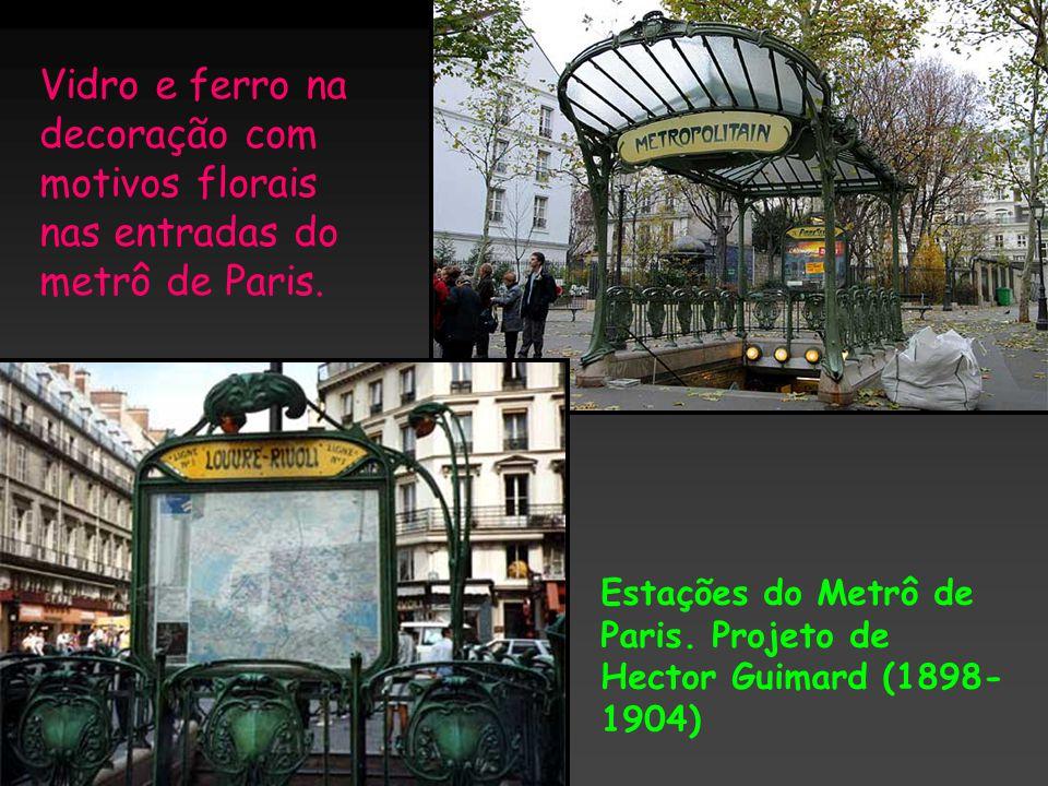 Vidro e ferro na decoração com motivos florais nas entradas do metrô de Paris.