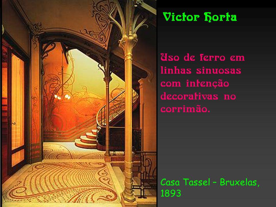 Victor Horta Uso de ferro em linhas sinuosas com intenção decorativas no corrimão.