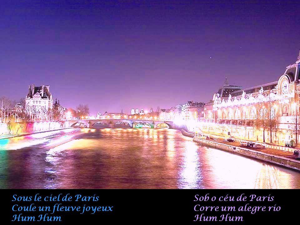 Sous le ciel de Paris Coule un fleuve joyeux Hum Hum Sob o céu de Paris Corre um alegre rio Hum Hum