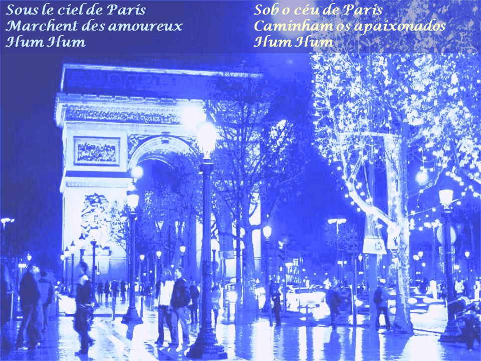 Sous le ciel de Paris Marchent des amoureux. Hum Hum. Sob o céu de Paris. Caminham os apaixonados.
