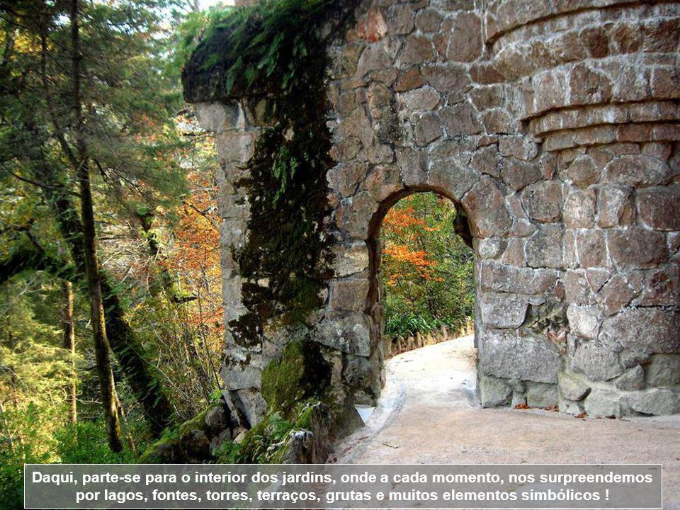 Daqui, parte-se para o interior dos jardins, onde a cada momento, nos surpreendemos por lagos, fontes, torres, terraços, grutas e muitos elementos simbólicos !