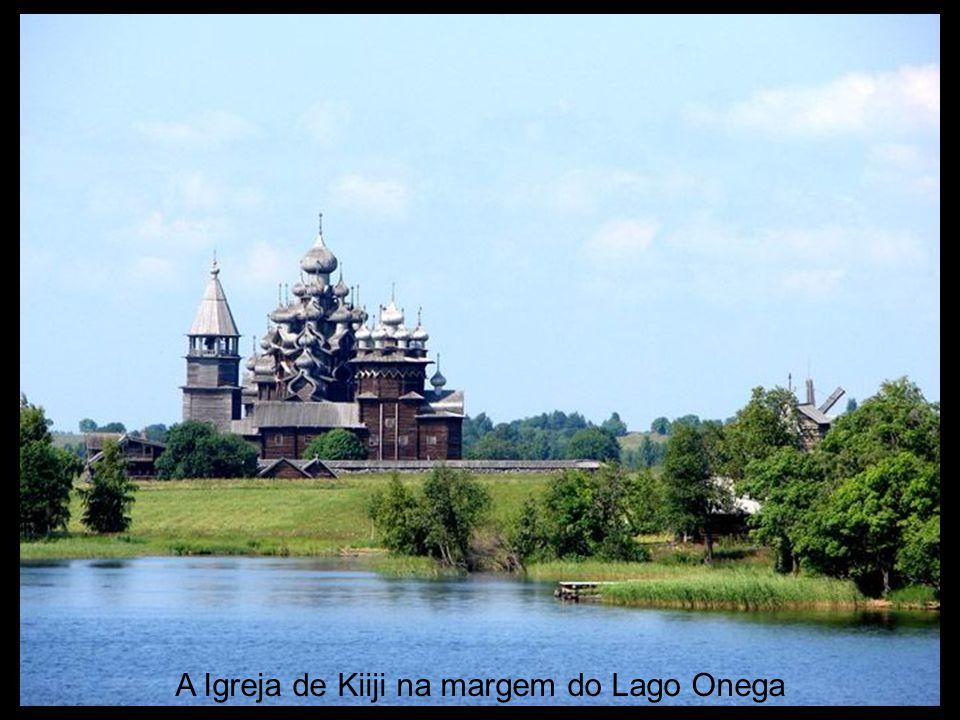 A Igreja de Kiiji na margem do Lago Onega