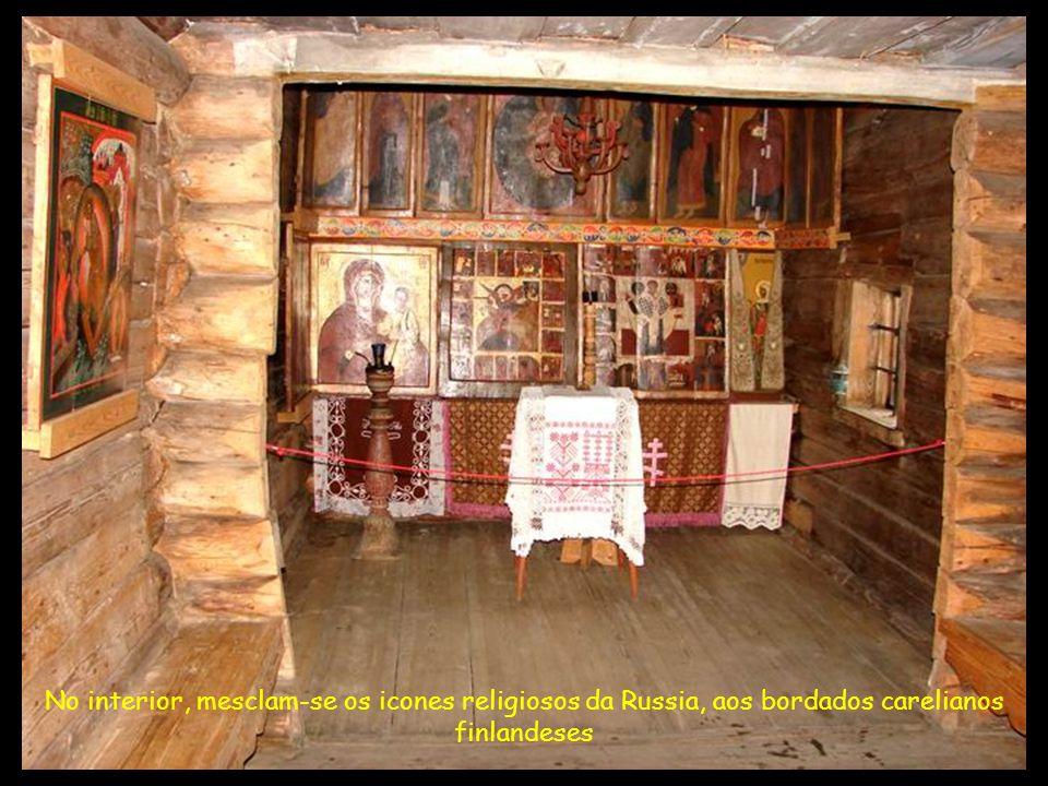 No interior, mesclam-se os icones religiosos da Russia, aos bordados carelianos finlandeses