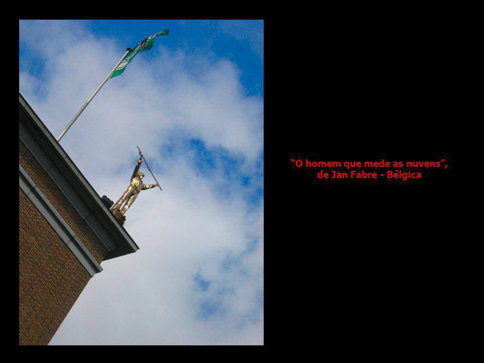 O homem que mede as nuvens , de Jan Fabre - Bélgica