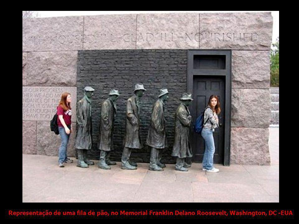Representação de uma fila de pão, no Memorial Franklin Delano Roosevelt, Washington, DC -EUA