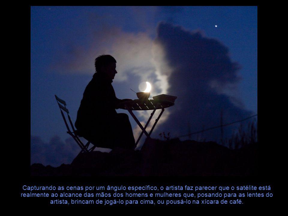 Capturando as cenas por um ângulo específico, o artista faz parecer que o satélite está realmente ao alcance das mãos dos homens e mulheres que, posando para as lentes do artista, brincam de jogá-lo para cima, ou pousá-lo na xícara de café.