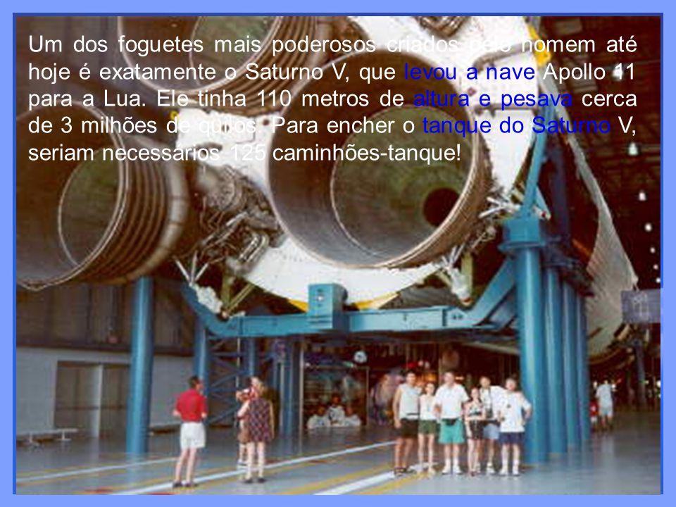 Um dos foguetes mais poderosos criados pelo homem até hoje é exatamente o Saturno V, que levou a nave Apollo 11 para a Lua.