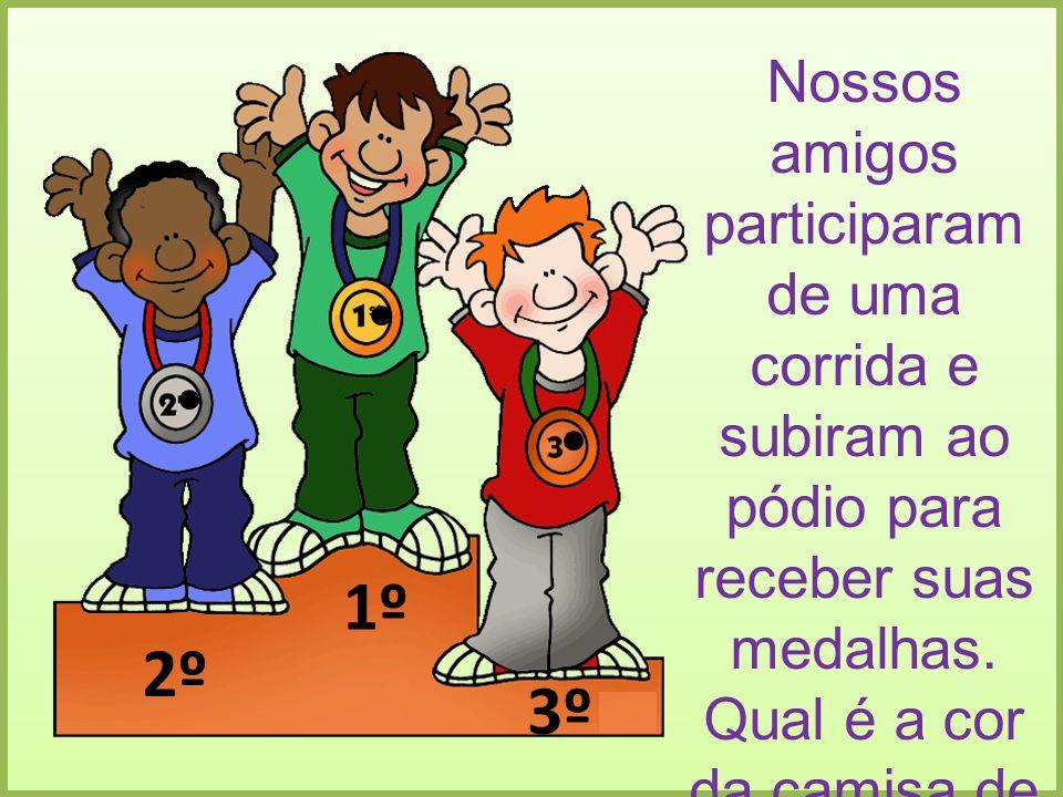 Nossos amigos participaram de uma corrida e subiram ao pódio para receber suas medalhas. Qual é a cor da camisa de quem ganhou em primeiro e último lugar.