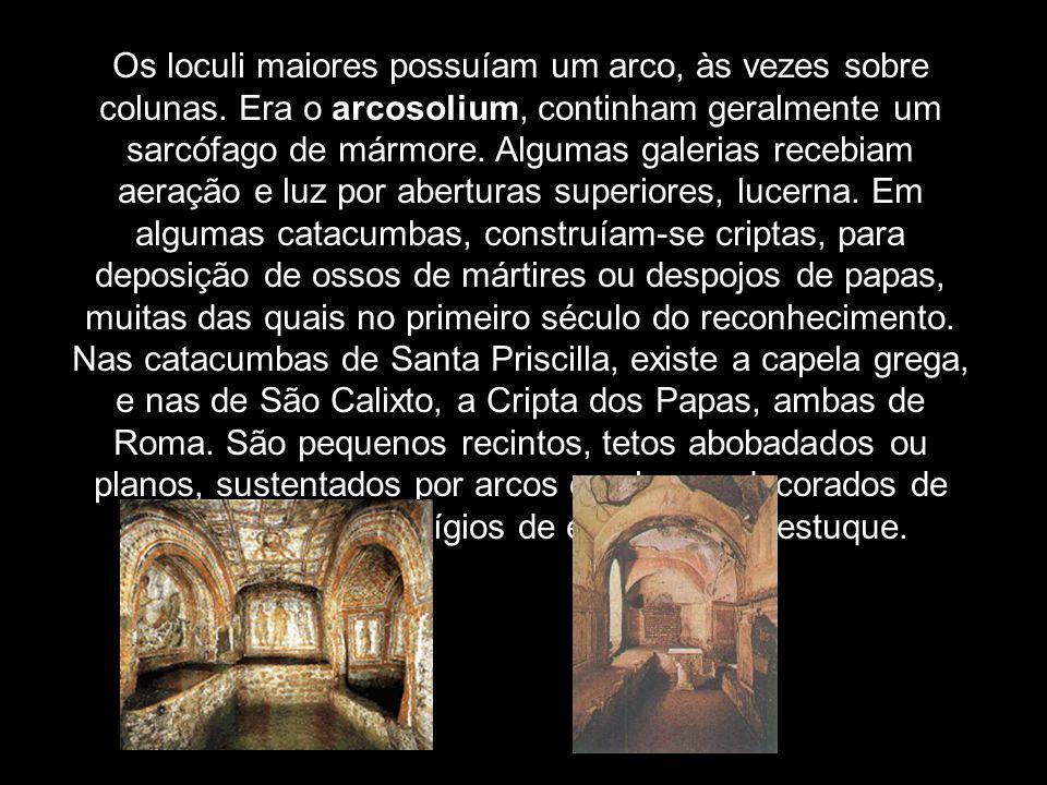 Os loculi maiores possuíam um arco, às vezes sobre colunas