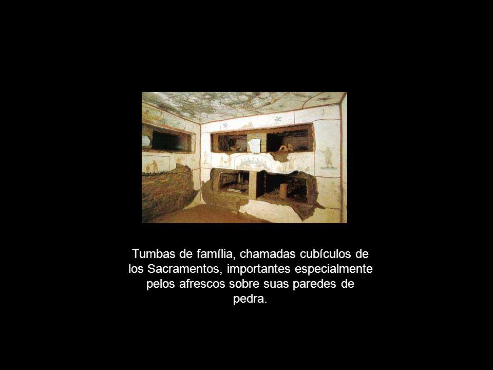 Tumbas de família, chamadas cubículos de los Sacramentos, importantes especialmente pelos afrescos sobre suas paredes de pedra.