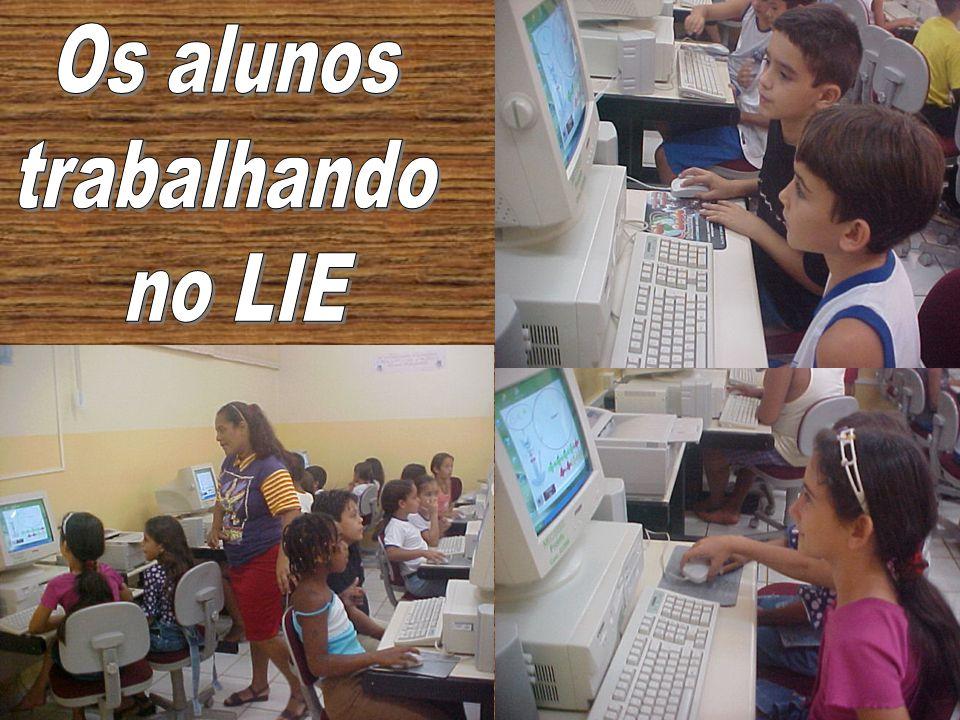 Os alunos trabalhando no LIE