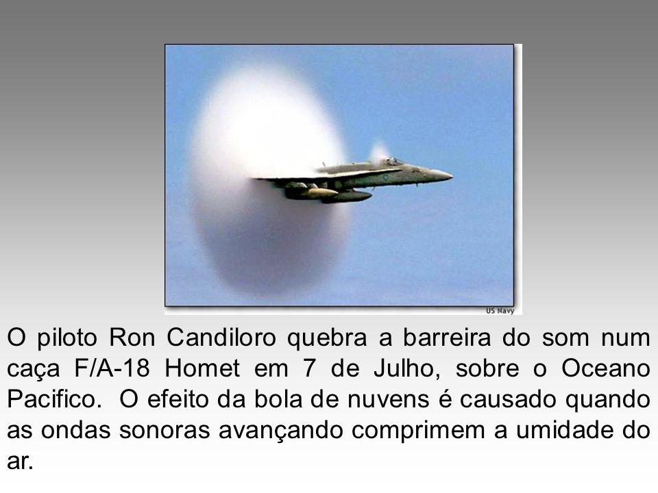 O piloto Ron Candiloro quebra a barreira do som num caça F/A-18 Homet em 7 de Julho, sobre o Oceano Pacifico.