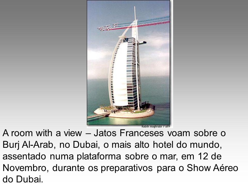 A room with a view – Jatos Franceses voam sobre o Burj Al-Arab, no Dubai, o mais alto hotel do mundo, assentado numa plataforma sobre o mar, em 12 de Novembro, durante os preparativos para o Show Aéreo do Dubai.