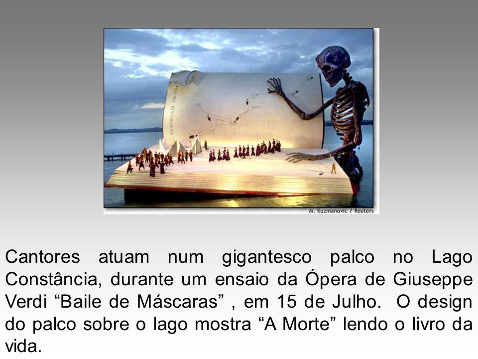 Cantores atuam num gigantesco palco no Lago Constância, durante um ensaio da Ópera de Giuseppe Verdi Baile de Máscaras , em 15 de Julho.