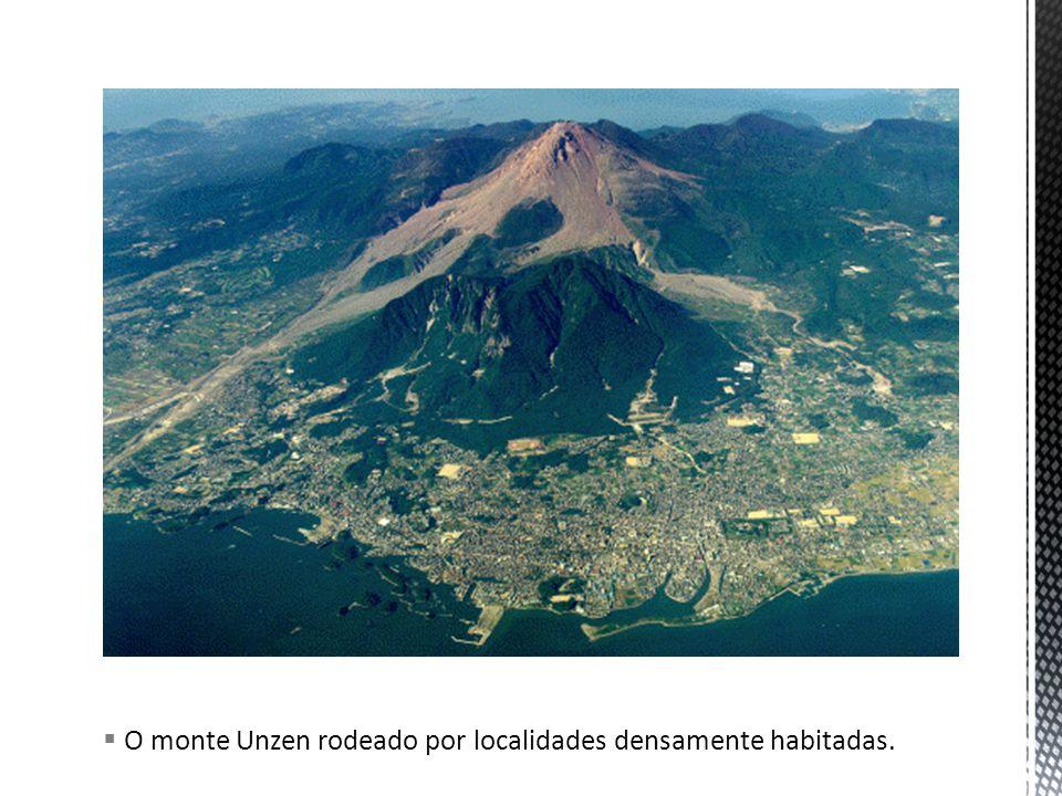 O monte Unzen rodeado por localidades densamente habitadas.