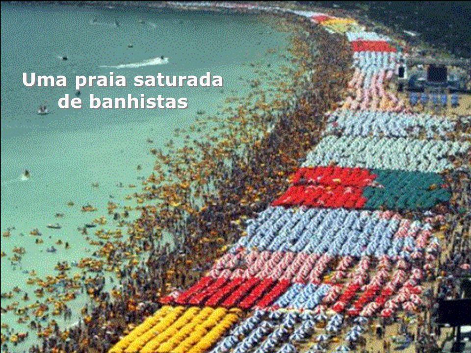 Uma praia saturada de banhistas