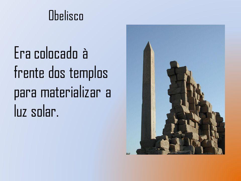 Era colocado à frente dos templos para materializar a luz solar.
