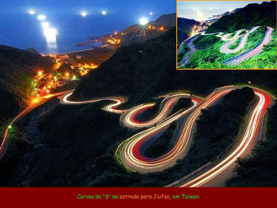 Curvas do S na estrada para Jiufen, em Taiwan.