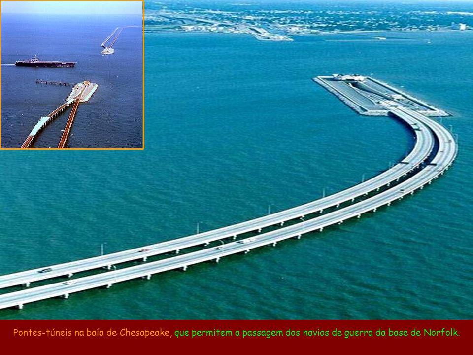 Pontes-túneis na baía de Chesapeake, que permitem a passagem dos navios de guerra da base de Norfolk.