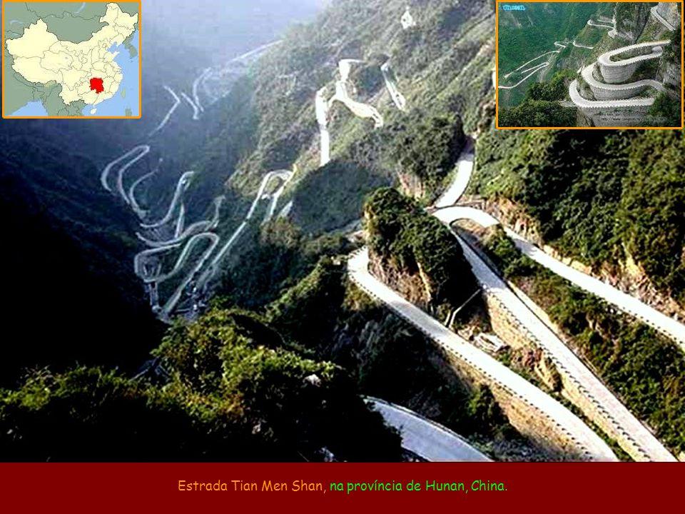 Estrada Tian Men Shan, na província de Hunan, China.