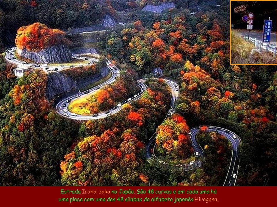 Estrada Iroha-zaka no Japão. São 48 curvas e em cada uma há