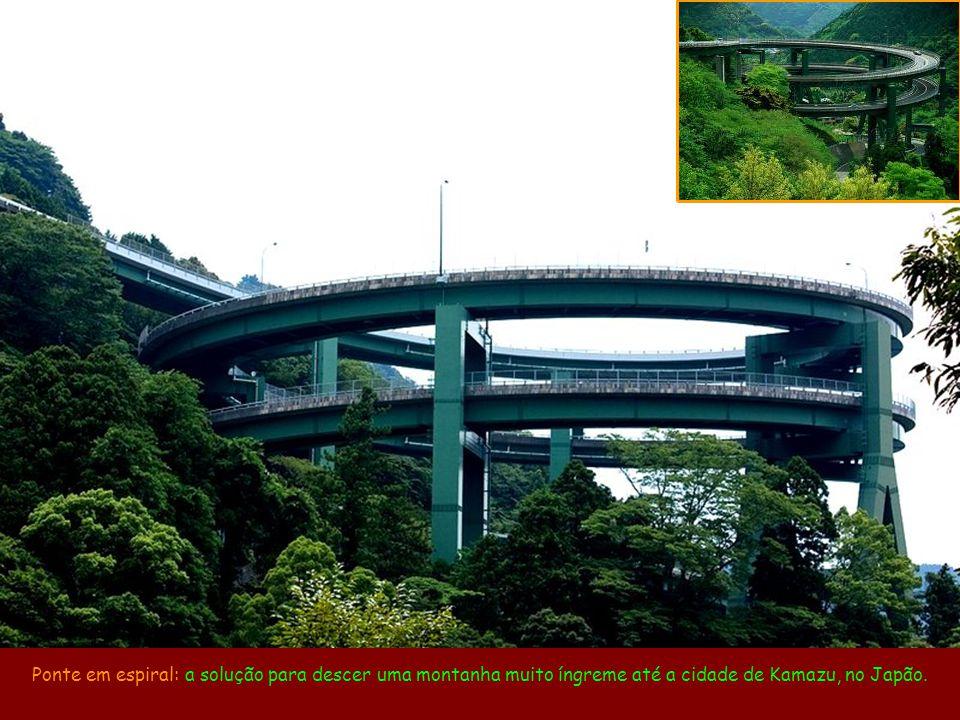 Ponte em espiral: a solução para descer uma montanha muito íngreme até a cidade de Kamazu, no Japão.