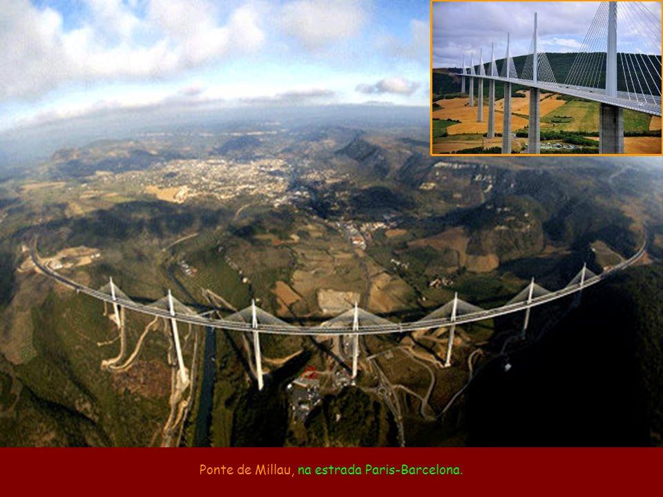 Ponte de Millau, na estrada Paris-Barcelona.
