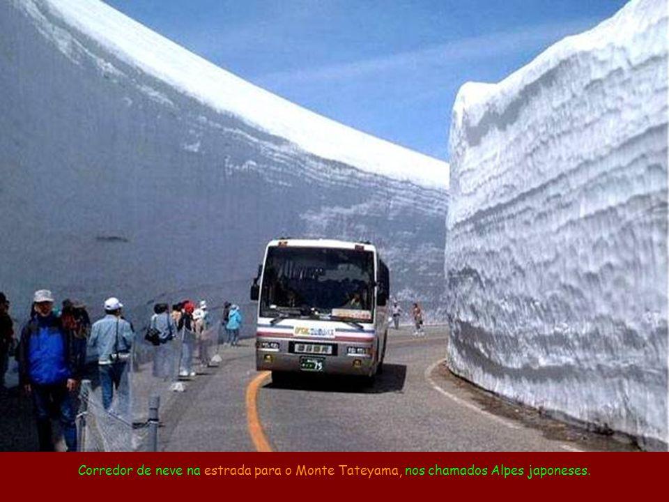 Corredor de neve na estrada para o Monte Tateyama, nos chamados Alpes japoneses.