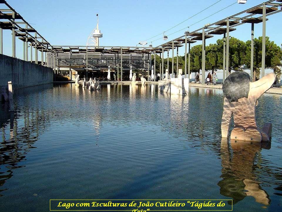 Lago com Esculturas de João Cutileiro Tágides do Tejo .