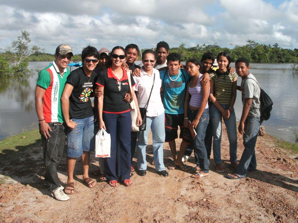 Alunos e professores na escola Ademar