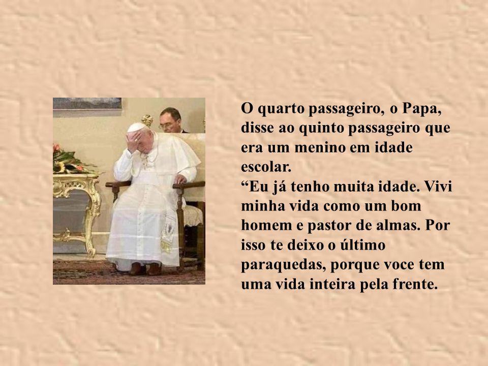 O quarto passageiro, o Papa, disse ao quinto passageiro que era um menino em idade escolar.