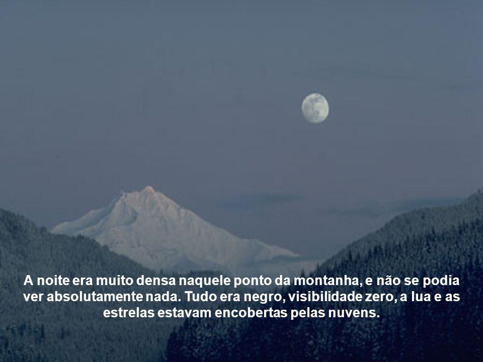 A noite era muito densa naquele ponto da montanha, e não se podia ver absolutamente nada.