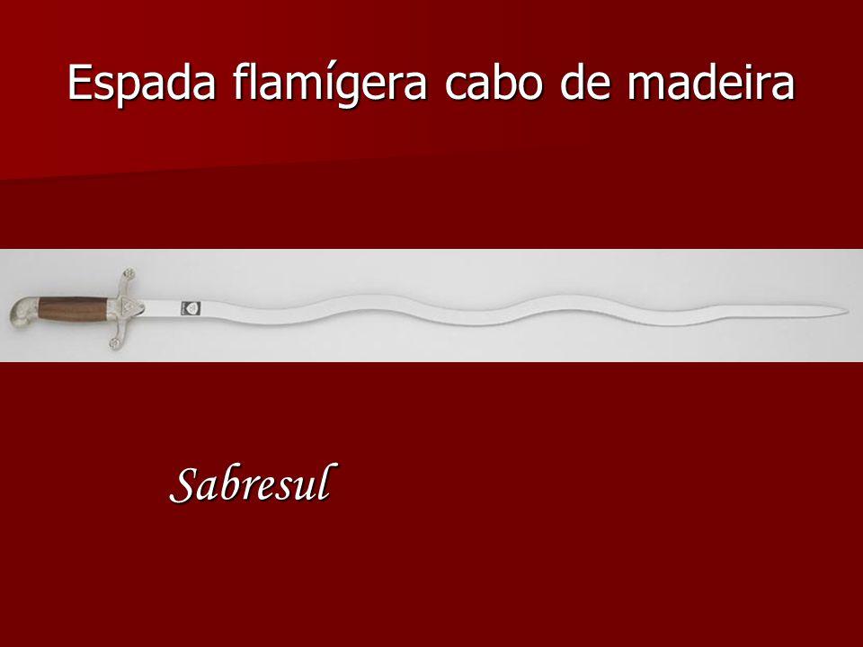 Espada flamígera cabo de madeira