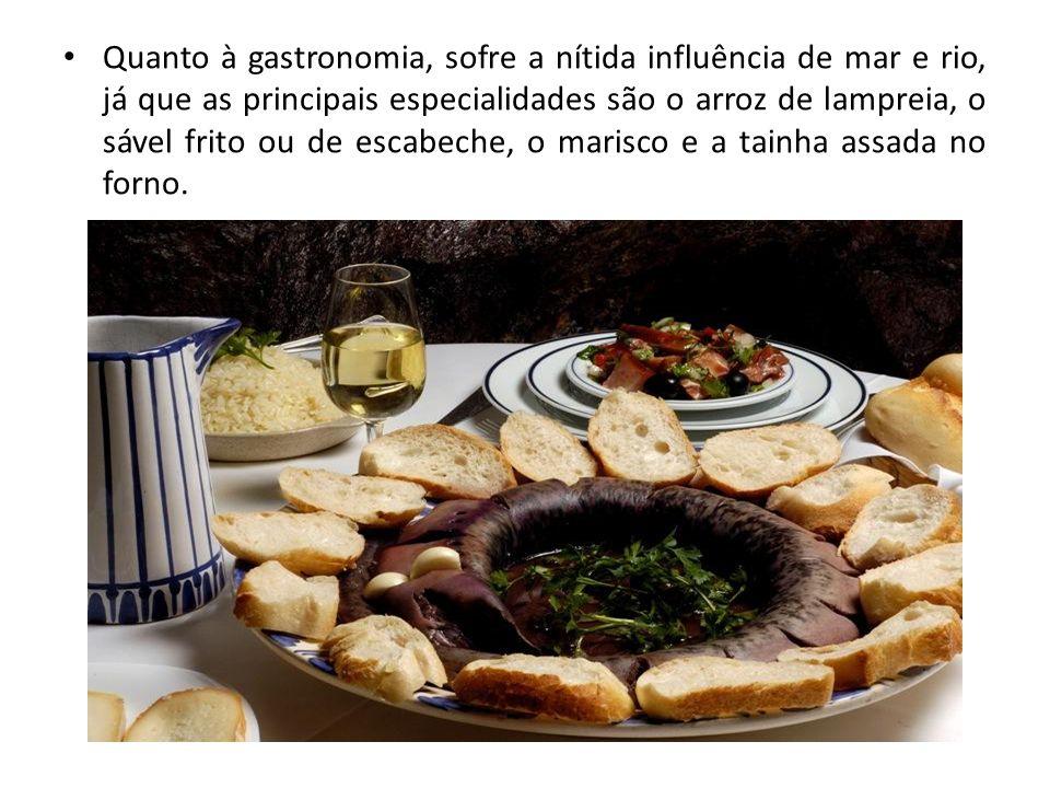 Quanto à gastronomia, sofre a nítida influência de mar e rio, já que as principais especialidades são o arroz de lampreia, o sável frito ou de escabeche, o marisco e a tainha assada no forno.