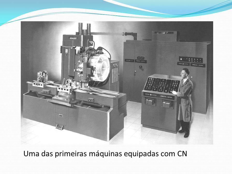 Uma das primeiras máquinas equipadas com CN