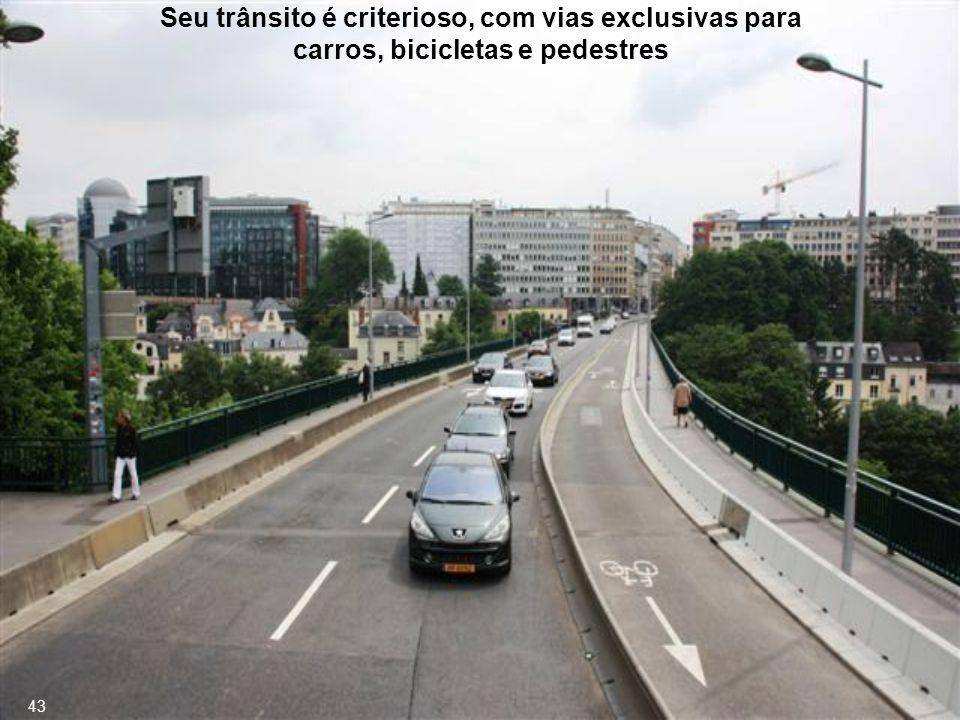 Seu trânsito é criterioso, com vias exclusivas para carros, bicicletas e pedestres