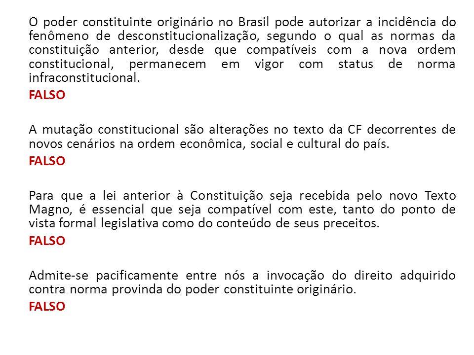 O poder constituinte originário no Brasil pode autorizar a incidência do fenômeno de desconstitucionalização, segundo o qual as normas da constituição anterior, desde que compatíveis com a nova ordem constitucional, permanecem em vigor com status de norma infraconstitucional.