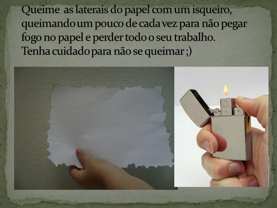 Queime as laterais do papel com um isqueiro, queimando um pouco de cada vez para não pegar fogo no papel e perder todo o seu trabalho.