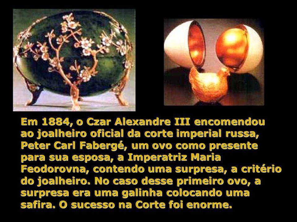 Em 1884, o Czar Alexandre III encomendou ao joalheiro oficial da corte imperial russa, Peter Carl Fabergé, um ovo como presente para sua esposa, a Imperatriz Maria Feodorovna, contendo uma surpresa, a critério do joalheiro.