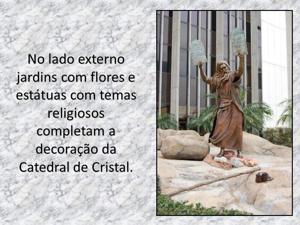 No lado externo jardins com flores e estátuas com temas religiosos completam a decoração da Catedral de Cristal.