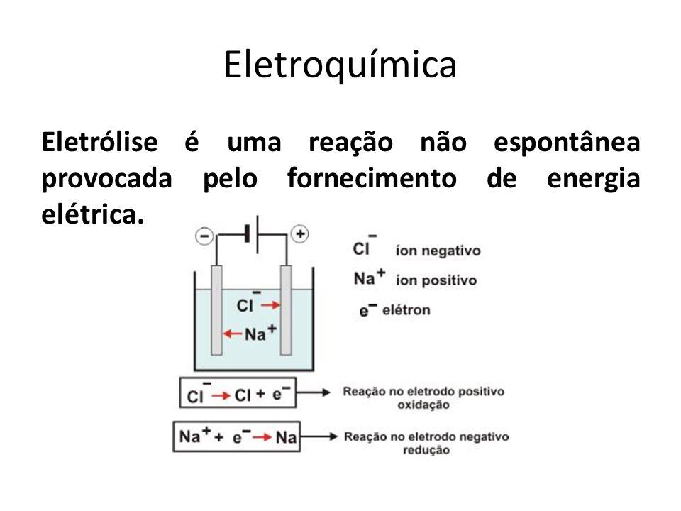 Eletroquímica Eletrólise é uma reação não espontânea provocada pelo fornecimento de energia elétrica.