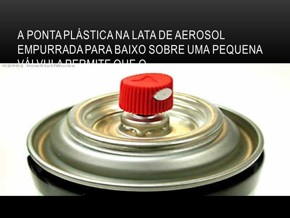 A ponta plástica na lata de aerosol empurrada para baixo sobre uma pequena válvula permite que o....