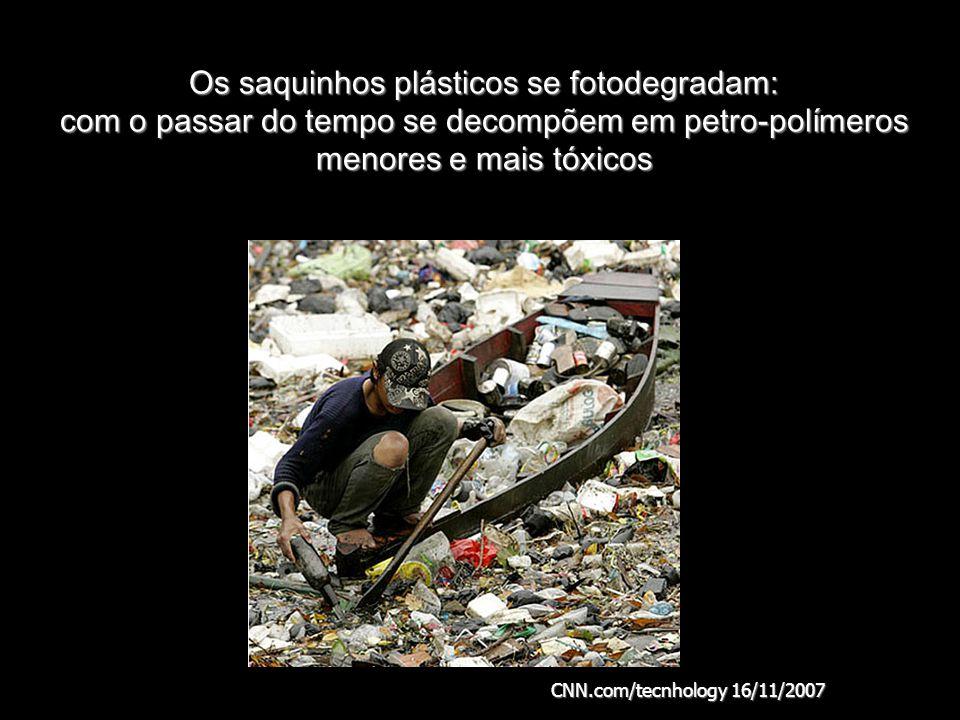 Os saquinhos plásticos se fotodegradam: com o passar do tempo se decompõem em petro-polímeros menores e mais tóxicos