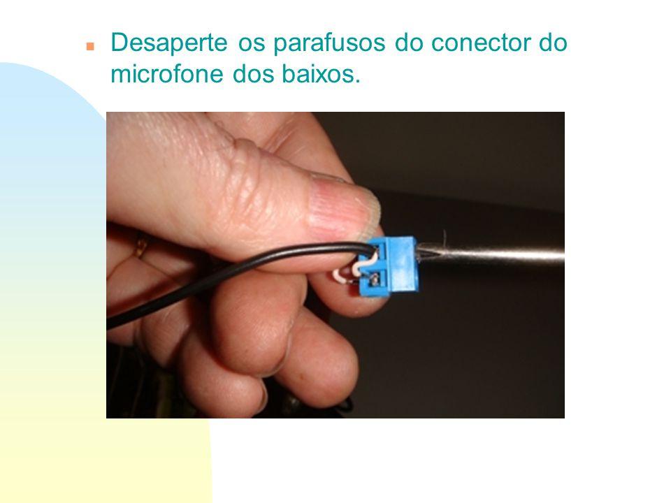 Desaperte os parafusos do conector do microfone dos baixos.