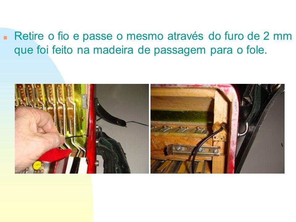 Retire o fio e passe o mesmo através do furo de 2 mm que foi feito na madeira de passagem para o fole.