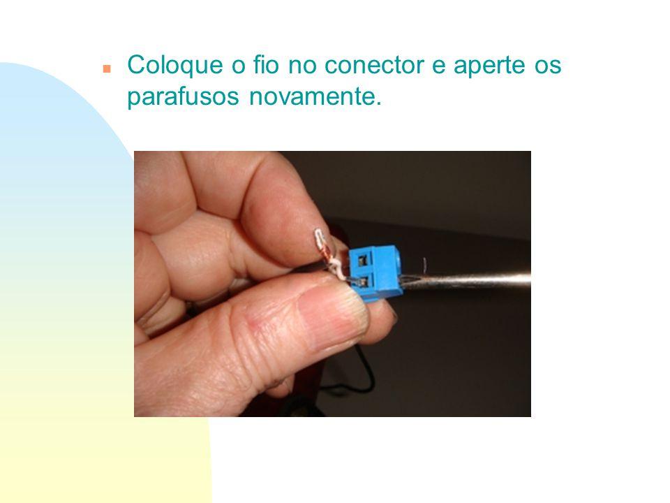 Coloque o fio no conector e aperte os parafusos novamente.