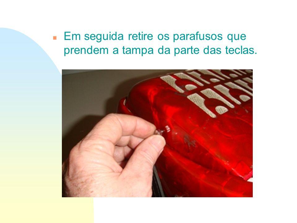 Em seguida retire os parafusos que prendem a tampa da parte das teclas.